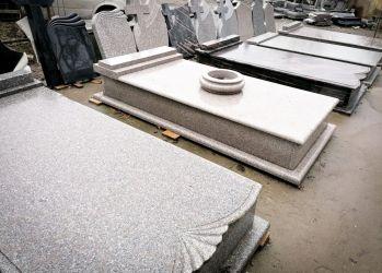 monumente si cadre funerare